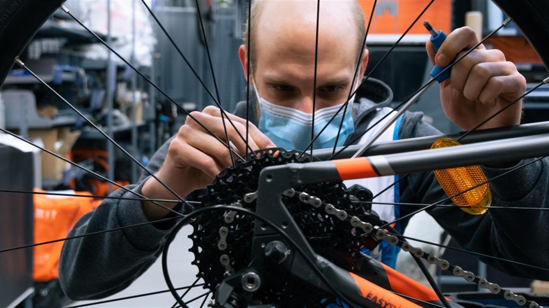 Gremo na kolo: S servisom in pravo opremo v novo kolesarsko sezono