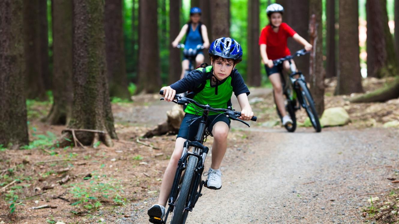 Otroci na kolesu: Kako izbrati kolesarsko opremo za najmlajše?
