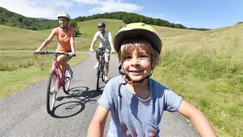 Otroci na kolesu: Od prvih vrtljajev pedal do družinskih kolesarskih izletov