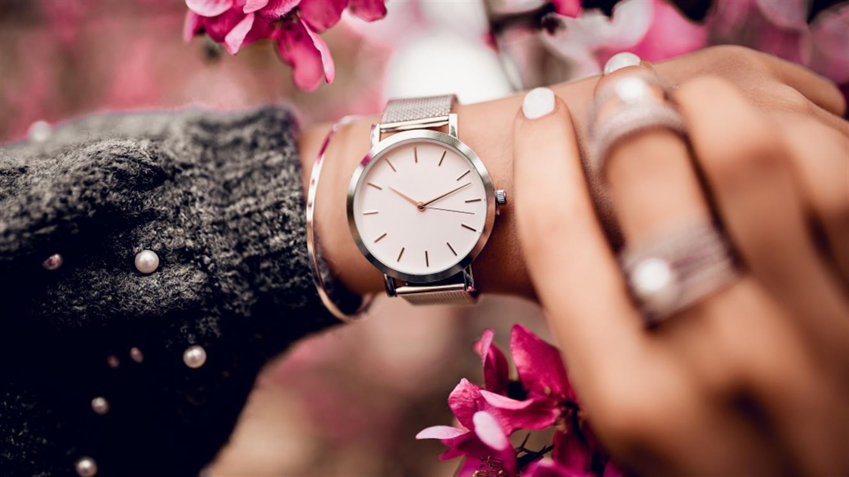 Pomladni trendi: Tik, tak, čas je za ročno uro, nepogrešljiv modni dodatek