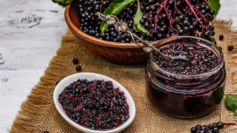 Recepti: Jesenski džemi – bezgov, kakijev in iz grozdja