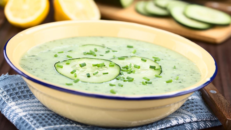 Lahka kumarična juha s krompirjem in kislo smetano