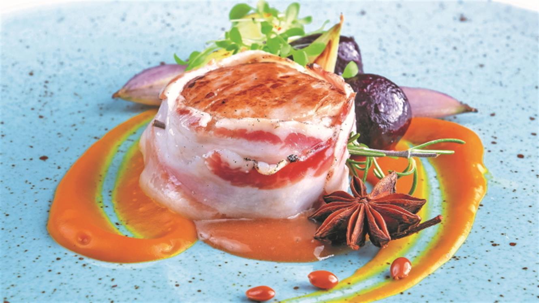 Svinjski medaljoni v slanininem ovoju, bučna krema, sotiran krompir, šalotka in rdeča pesa z janeževo omako